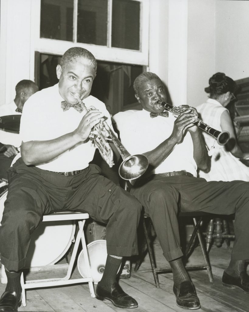 'Papa' Albert French's Band Alvin Alcorn, Joseph 'Brother Cornbread' Thomas, Louis Barbarin, and Jeanette Kimball. Summer 1964 - [Dixieland Hall ?] Courtesy of Hogan Jazz Archive, Tulane University